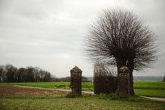 Belle vieille porte dans le paysage d'automne Photos stock