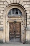 Belle vieille porte en bois avec un pare-soleil Image libre de droits