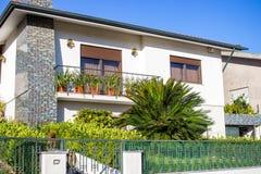 Belle villa blanche avec le jardin et barrière au Portugal Extérieur de résidence moderne images stock