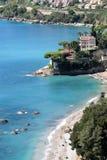 Belle villa blanche par la mer Photos libres de droits