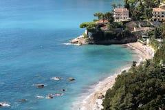 Belle villa blanche par la mer Images libres de droits
