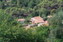 Belle villa dans la vallée près du village de Tourrette Leve image libre de droits