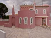 Belle villa rose à la côte d'Algarve du Portugal photos libres de droits