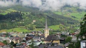 Belle ville autrichienne accrochant en nuages Images stock