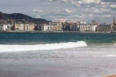 Belle ville de San Sebastian, vue de plage sablonneuse de baie de conque de La, pays Basque, Espagne Photo stock