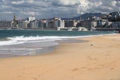 Belle ville de San Sebastian, vue de plage sablonneuse de baie de conque de La, pays Basque, Espagne Images stock