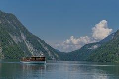 Belle visite d'exploration le long des collines alpines de Berchtesgaden - Schoenau AM Koenigsee images libres de droits