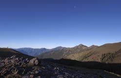 Belle viste con altamente le montagne, il cielo blu pulito e le rocce sulla traccia Buon per uso come fondo Immagine Stock