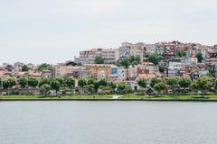 Belle viste degli edifici residenziali nella parte europea di Costantinopoli in Turchia dal lato del Bosphorus Fotografia Stock Libera da Diritti