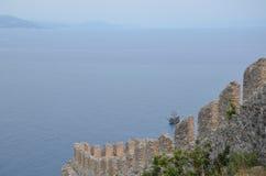 Belle viste del mare e di vecchio yacht con i Mountain View dal vecchio castello, Alanya, Turchia Fotografie Stock
