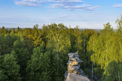 Belle viste della foresta con la cresta di pietra Fotografie Stock Libere da Diritti
