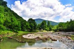 Belle viste delle montagne di Caucaso e delle banche del fiume immagini stock libere da diritti