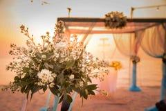 Belle voûte de mariage sur la plage Image stock
