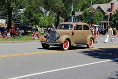 Belle voiture ancienne participant au défilé du 4 juillet, Saratoga Springs du centre, New York, 2016 Image stock