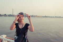 Belle voyageuse de femme de l'Asie, lunettes de soleil disponibles de prises, vacances Photographie stock