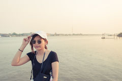 Belle voyageuse de femme de l'Asie, lunettes de soleil disponibles de prises, vacances Photo stock