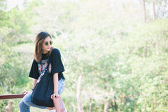 Belle voyageuse de femme de l'Asie, lunettes de soleil disponibles de prises, vacances Images stock