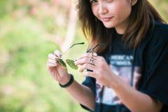 Belle voyageuse de femme de l'Asie, lunettes de soleil disponibles de prises, vacances Image stock
