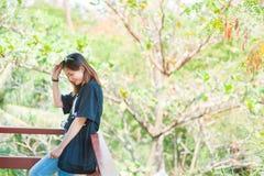 Belle voyageuse de femme de l'Asie, lunettes de soleil disponibles de prises, vacances Photos stock