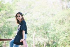 Belle voyageuse de femme de l'Asie, lunettes de soleil disponibles de prises, vacances Photo libre de droits