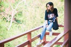 Belle voyageuse de femme de l'Asie, lunettes de soleil disponibles de prises, vacances Photos libres de droits