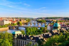 Belle vue à Vltava et à ponts à Prague, République Tchèque Photos stock