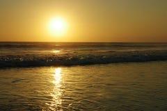 Belle vue étonnante de coucher du soleil de paysage de mer de plage du double six de Seminyak en île de Bali de l'Indonésie Photos libres de droits
