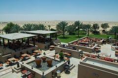 Belle vue étonnante de restaurant d'extérieur sur le toit de la station de vacances arabe de luxe de désert Photo stock