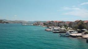 Belle vue aérienne d'île croate Bateaux garés sur la plage clips vidéos