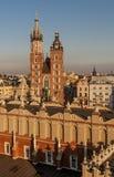 Belle vue aérienne de la basilique de Santa Maria dans la lumière chaude du coucher du soleil, Cracovie, Pologne photo stock