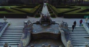 Belle vue aérienne de la fontaine dans le jardin du château de Cesky Krumlov, République Tchèque banque de vidéos