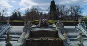 Belle vue aérienne de la fontaine dans le jardin du château de Cesky Krumlov, République Tchèque clips vidéos