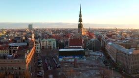 Belle vue aérienne de la vieille ville de Riga pendant le coucher du soleil ou le lever de soleil pendant le jour d'hiver ensolei clips vidéos