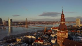 Belle vue aérienne de la vieille ville de Riga pendant le coucher du soleil ou le lever de soleil pendant le jour d'hiver ensolei banque de vidéos