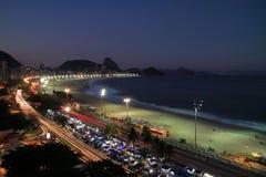 Belle vue aérienne de montagne de plage et de Sugar Loaf de Copacabana dans la distance par nuit, Rio de Janeiro, Brésil images libres de droits
