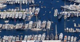 Belle vue aérienne de port de Hercule avec beaucoup de yachts de luxe clips vidéos
