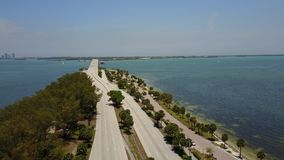 Belle vue aérienne du bourdon 4k sur le pont en acier de route énorme de route à travers l'eau bleue calme d'océan dans le paysag clips vidéos