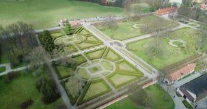 Belle vue aérienne du jardin et de la fontaine dans Cesky Krumlov, République Tchèque clips vidéos
