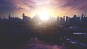 Belle vue aérienne du paysage urbain du centre de Jakarta avec la silhouette de gratte-ciel Images libres de droits