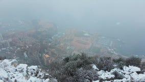Belle vue aérienne panoramique du Monaco sous la neige banque de vidéos