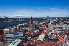 Belle vue aérienne panoramique grande-angulaire superbe de Riga, de la Lettonie avec le port et d'horizon avec le paysage au delà image libre de droits