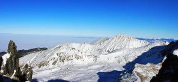 Belle vue au-dessus des montagnes du haut de la crête de Retezat, Roumanie Photos libres de droits