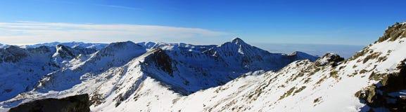 Belle vue au-dessus des montagnes du haut de la crête de Retezat, Roumanie Photographie stock libre de droits