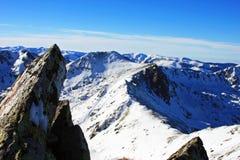 Belle vue au-dessus des montagnes du haut de la crête de Retezat, Roumanie Images libres de droits
