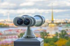 Belle vue aux flèches forteresse d'Amirauté et de Peter-Pavel de ` s de cathédrale d'Isaac dans des jumelles, St Petersbourg, Rus Image stock