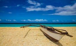 Belle vue avec le bateau sur la plage Photos libres de droits