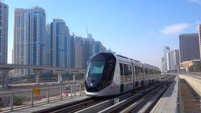 Belle vue avec le train à grande vitesse moderne sur la gare ferroviaire et le ciel coloré avec des nuages au coucher du soleil e photo libre de droits