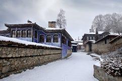 Belle vue avec les maisons traditionnelles historiques dans une vieille ville en Europe avec le ciel nuageux Images libres de droits