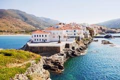 Belle vue chez Chora, la capitale de l'île d'Andros, Cyclades, Grèce images stock