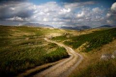 Belle vue déprimée et nuageuse de la route menant à l'eau de Devoke dans le secteur de lac dans Cumbria, Angleterre photos libres de droits